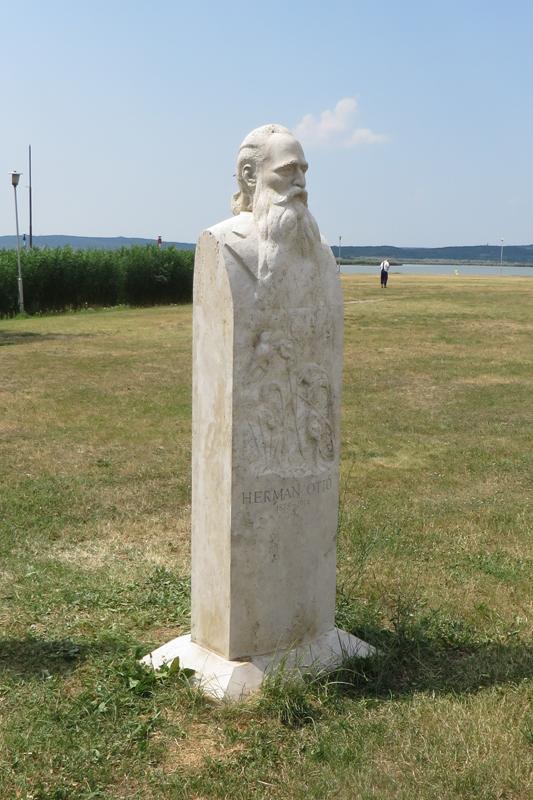 Herman Ottó mellszobra, 2014,Agárdi sétány,220x55x35cm, süttői mészkő 533x800