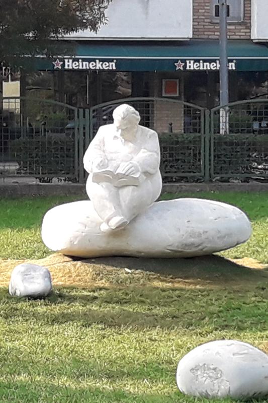 Mesélő-Lázár Ervin szobra, Pintér Attila szobrászművész alkotótársaként dolgozhattam rajta,2017, Budapest, Négyszögletű krekerdő park, 100x120x90cm, süttői mészkő 533x800