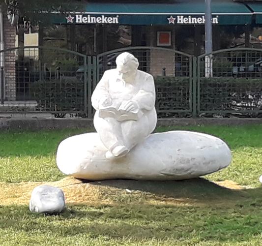 Mesélő-Lázár Ervin szobra, Pintér Attila szobrászművész alkotótársaként dolgozhattam rajta,2017, Budapest, Négyszögletű krekerdő park, 100x120x90cm, süttői mészkő 533x500
