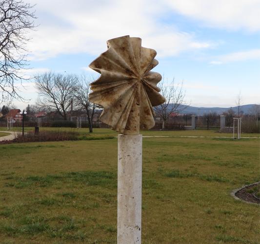 Vérző nap, 2017 Kápolnásnyék, Halász Gedeon kastély park, 90x90x20cm, roncsolt süttői mészkő 533x500